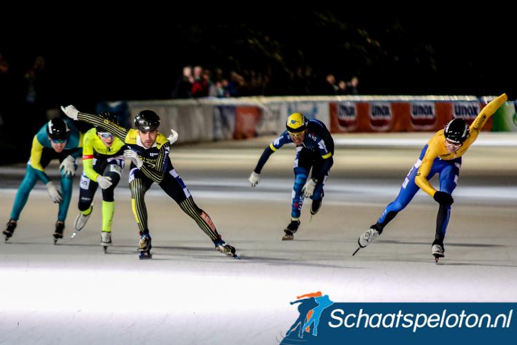 Gerwin Smit (derde van links) sprint naar de winst, Henriek van Milligen (rechts) zal tweede worden.