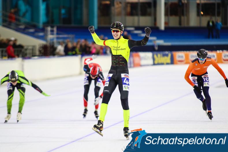Joeri Klous wint de Beloftenmarathon in Heerenveen, medevluchters Jan Korenberg (li.), Jos de Vos (re.) en Danny Stam (mi.) zijn geklopt.