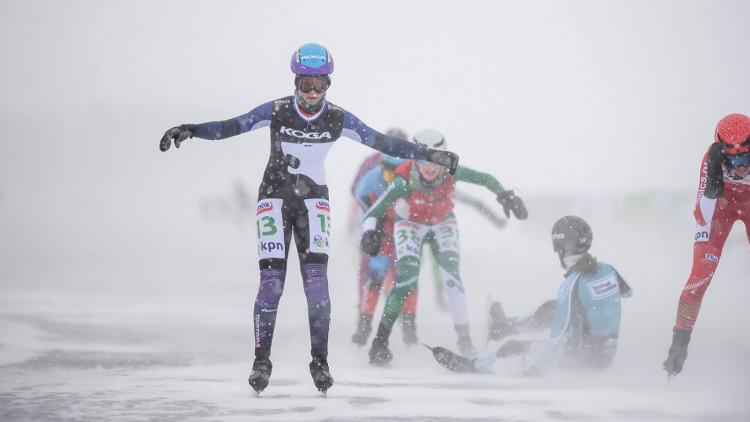 Carla Ketellapper-Zielman komt als winnares uit de hectische sprint van het peloton.