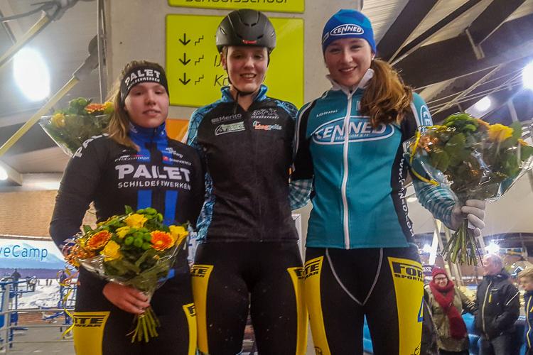 Winnares Maaike Verweij wordt op het podium geflankeerd door Demi van Benthem en Maya de Jong.