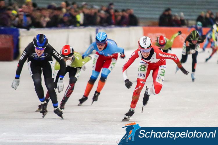 Een verbeten Lisa van der Geest (re.) klopt in de sprint Ineke Dedden (li.) en pakt haar eerste overwinning van het seizoen.