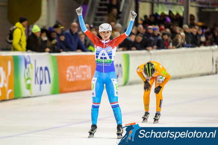 Irene Schouten wint voor de tiende keer dit seizoen een schaatsmarathon, klassementsleidster Manon Kamminga is geklopt maar behoudt het oranje leiderspak.