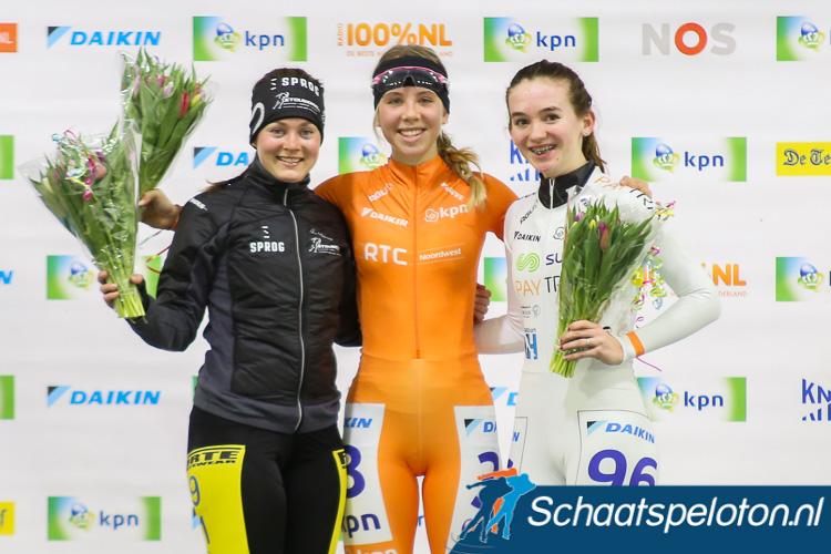 Anna van den Bos (mi.) en Lisanne Buurman (li.), de nummer één en twee van de regiotopcompetitie, komen volgend seizoen uit voor BTZ.nl.