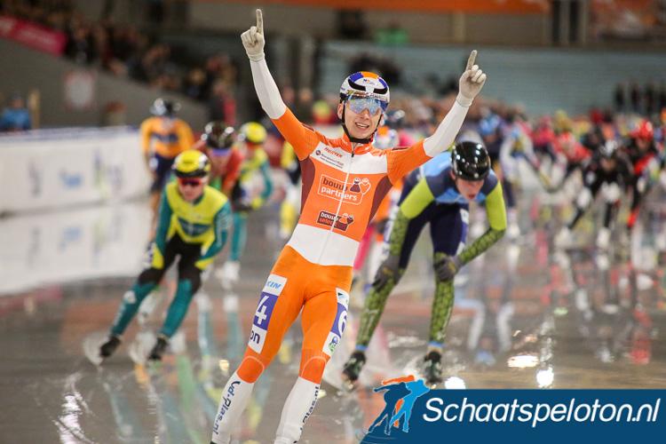 Harm Visser heeft in de sprint Ruud Slagter (re.) en Tom den Heijer (re.) geklopt.