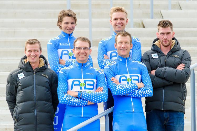 Opleidingsploeg AB Transport Group is met Erik Jan Kooiman, Niels Mesu en Peter van de Pol de op een na oudste ploeg van het peloton. Alleen moederploeg Royal A-ware is ouder.