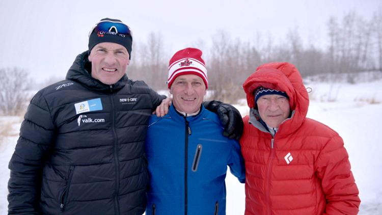 Henk Angenent (li.) en Reinier Paping (re.) gingen op bezoek bij Evert van Benthem (mi.) in Canada.