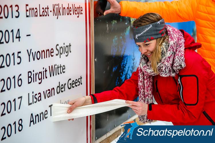 Anne Tauber mocht vandaag, daags na haar winst, haar naam op het bord met Alternatieve Elfstedenwinnaars onthullen.
