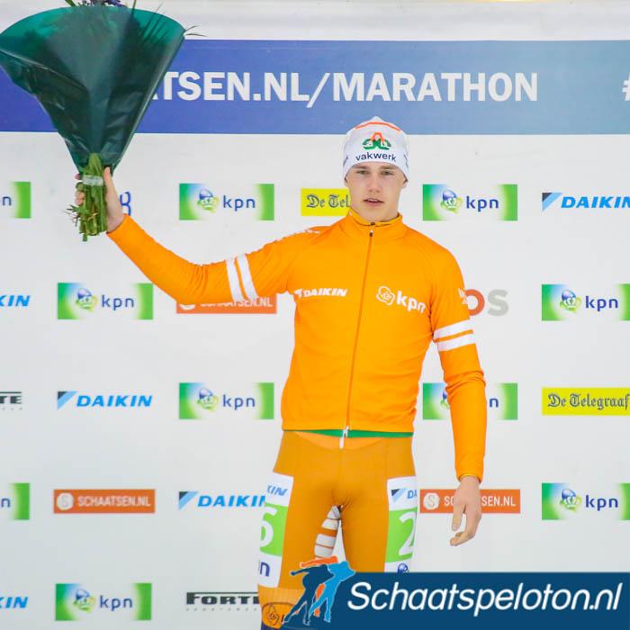 Bart Hoolwerf ontving gisteren in Tilburg de oranje trui na afloop van de voorlaatste KPN Marathon Cupwedstrijd. Over twee weken wordt hij naar alle zekerheid de op-twee-na-jongste cupwinnaar.