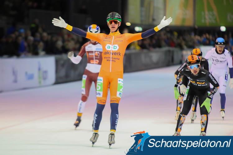 Bart Hoolwerf klopt Sjoerd den Hertog op de streep. Ronald Kruijer weet achter de winnaar dat hij voor het eerst naar het podium mag.