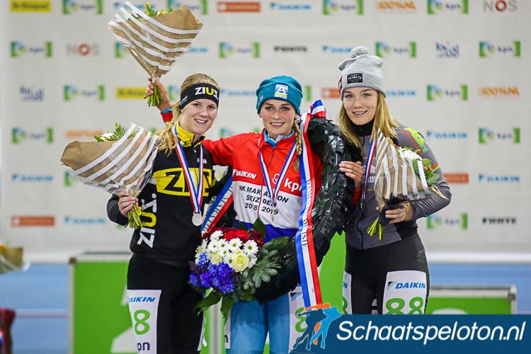 Bianca Bakker (li.) treedt met een medaille op het NK marathonschaatsen in de voetsporen van haar moeder Tilly Bakker-Alderts.