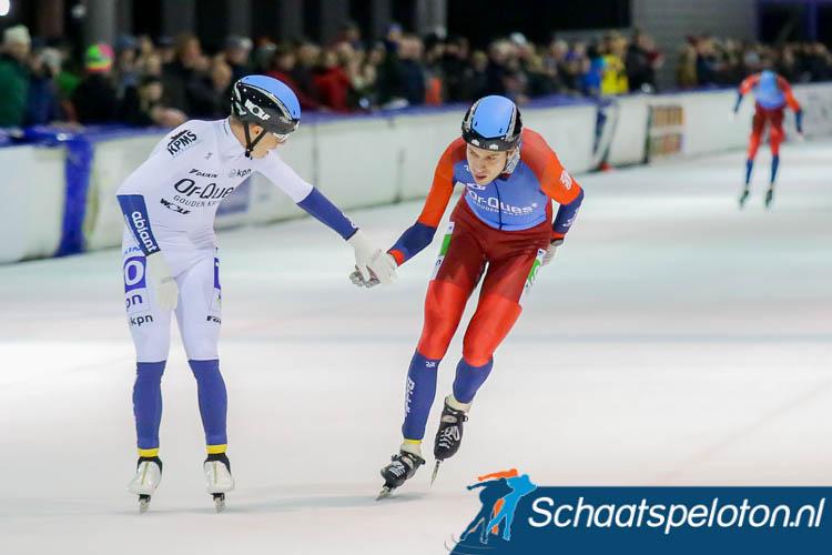 Ploeggenoot Daniel Niero feliciteert Bart de Vries bij het ingaan van zijn laatste ronden al met de overwinning in Alkmaar.