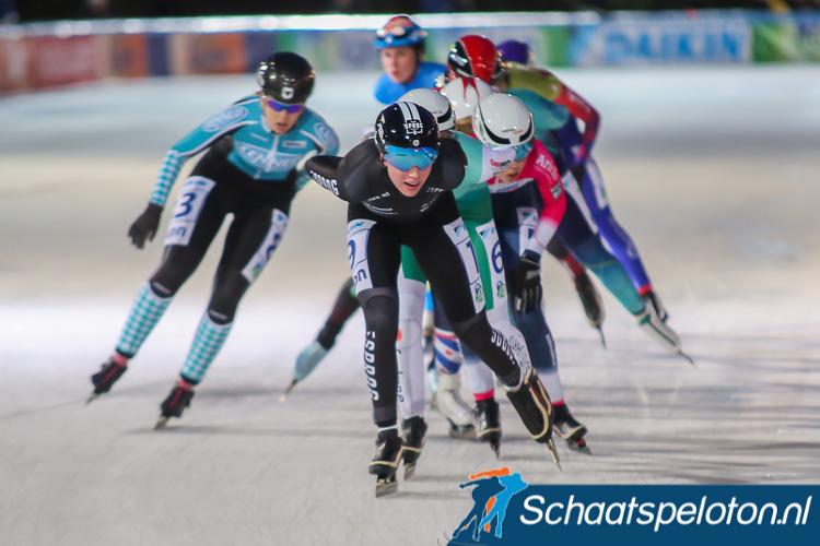 Daphne Alderts won in Groningen de eerste wedstrijd in de Noord-Oost Competitie door haar medevluchters in de sprint te kloppen.