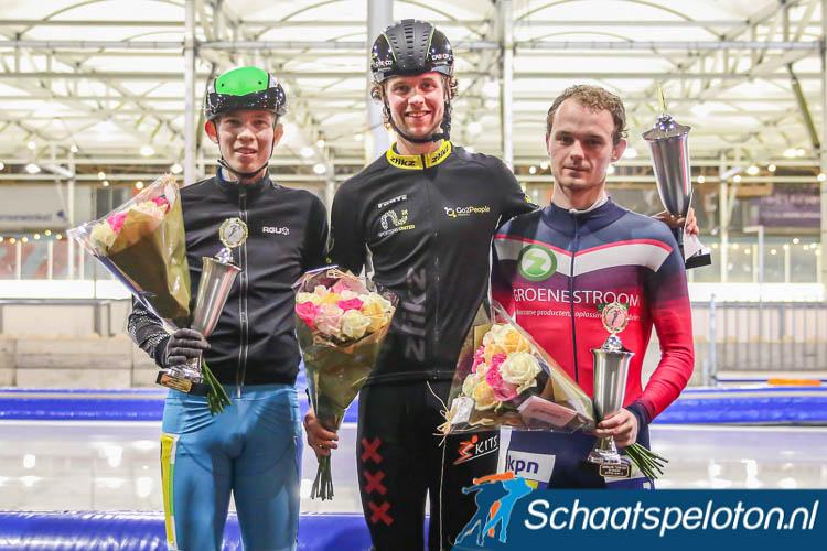 Max van Boxel werd op het eindpodium van het 6-Banentoernooi geflankeerd door Berend Bervoets en Ruben Stam.