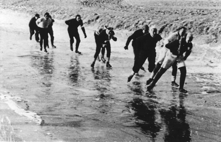 De kopgroep in de Elfstedentocht van 1947. Jan W. van der Hoorn rijdt op de vierde plaats.