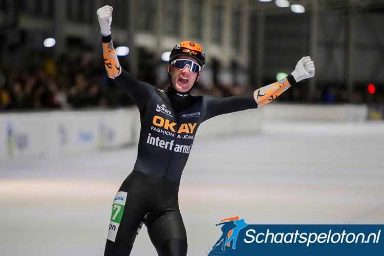 Erik Jan Kooiman komt breed juichend als winnaar van de marathon in Breda over de streep.