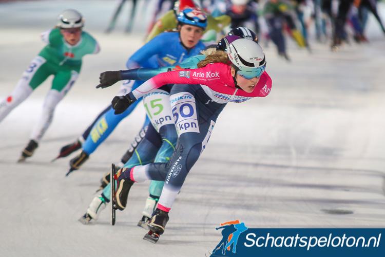 Femke Mossinkoff won de eerste wedstrijd in het 6-Banentoernooi voor vrouwen.