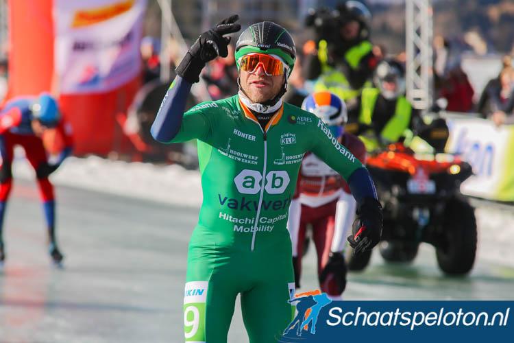 Frank Vreugdenhil toont twee vingers, hij wint voor de twee jaar op rij de Alternatieve Elfstedentocht.