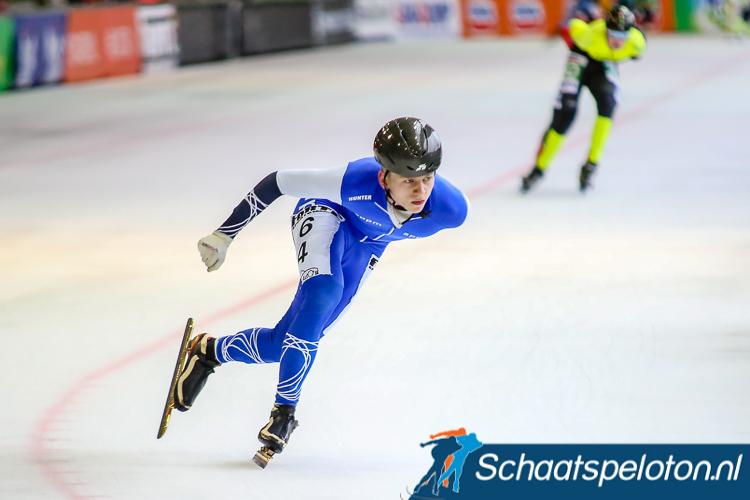 Regiorijder Harm Visser laat met een splijtende versnelling Topdivisierijder Niels Immerzeel achter zich in de pelotonsfinale van het NK voor Neo-Senioren. Hij wordt op de 8e plaats de beste regiorijder.