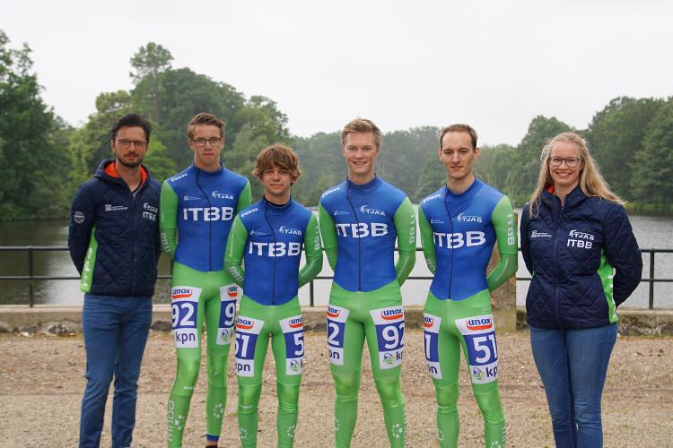 ITBB/Tjas staat klaar voor het komende seizoen met van links naar rechts: ploegleider Jan-Gerben Strikwerda, Rijders: Jochem Kerssies, Coen Stellinga, Bouwe Kuin, Michael Groot en  verzorgster Stella Kleinhuis.