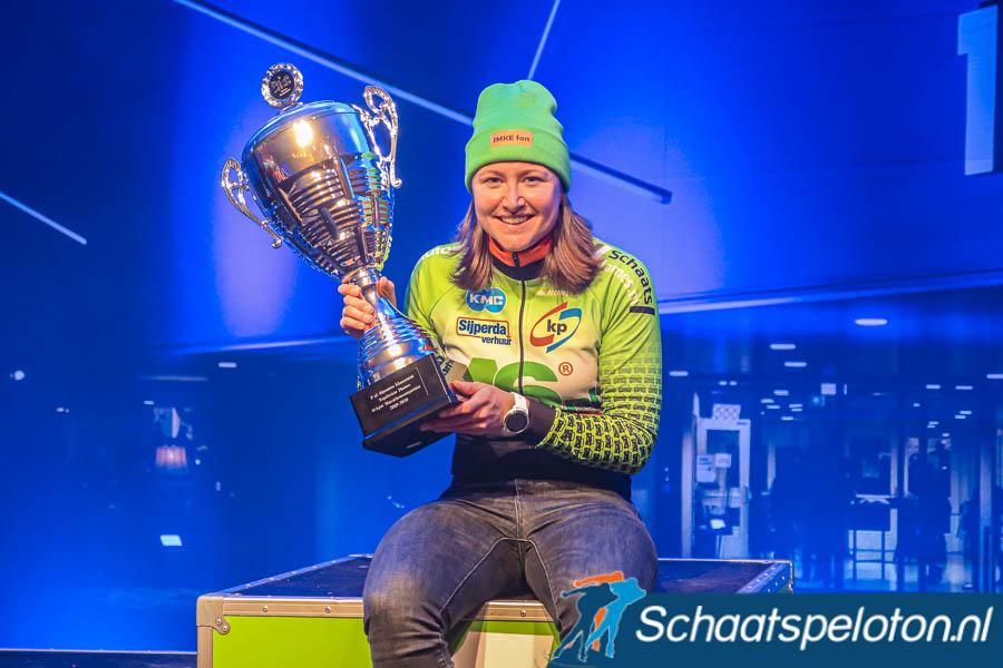 Imke Vormeer mocht gisteravond in Leeuwarden met de KPN Marathon Cup in haar hand afscheid nemen van het marathonschaatsen.