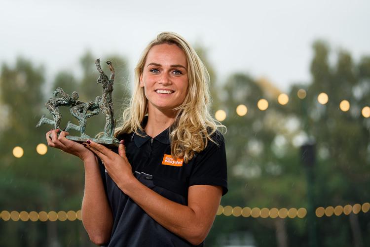 Irene Schouten kreeg haar prijs vandaag uitgereikt in Amsterdam bij de ploegpresentatie vanTeam easyJet, zoals haar equipe bij langebaanwedstrijden heet.