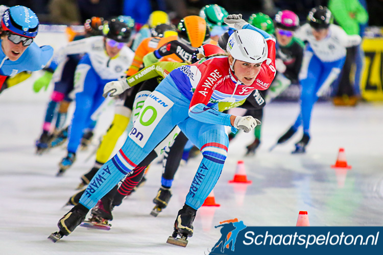 Irene Schouten voert zelf het damespeloton aan op weg naar een nieuwe recordtijd over 80 ronden.