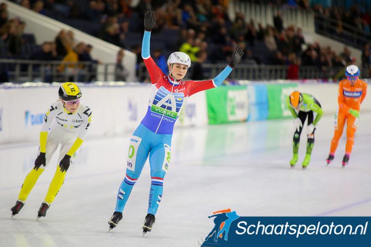 Irene Schouten was net als eerder dit seizoen bij de marathon in Thialf Marijke Groenewoud te snel af.