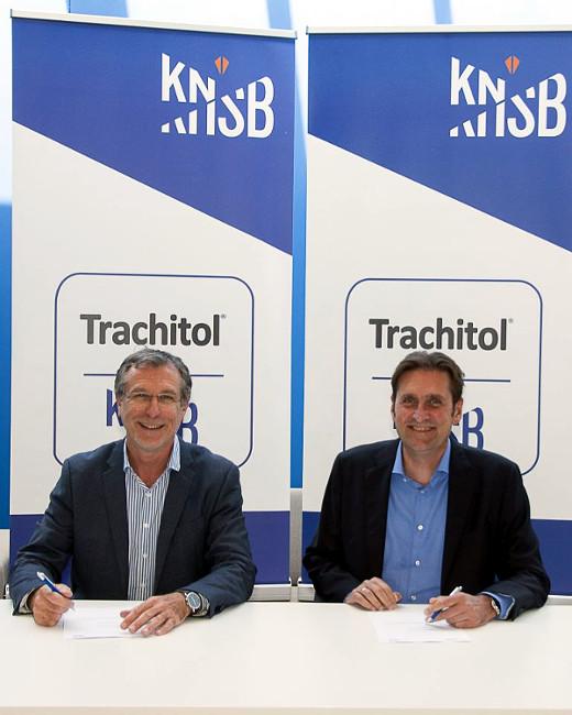 Op het bondsbureau van de KNSB in Utrecht zetten Maurits van Tol (links) en Herman de Haan vandaag hun handtekening onder het sponsorcontract, dat loopt tot medio 2022.