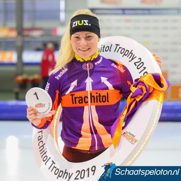 Marijke Groenewoud ontving na afloop het laatste pijlenpak als eindwinnaar van de Trachitol Trophy.