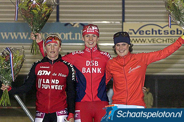 Het podium direct na afloop van de bijzondere damesmarathon. Maria Sterk is gehuldigd als winnares, maar ook Mireille Reitsma zou uiteindelijk de overwinning op haar naam krijgen.