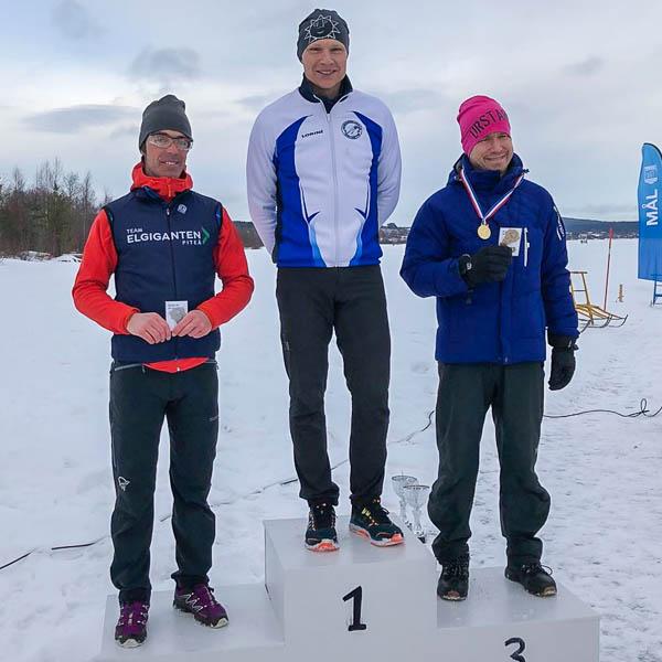 Zweeds kampioen Fredrik Nylén op het podium geflankeerd door Johnny Sundström en Kristoffer Kollberg.