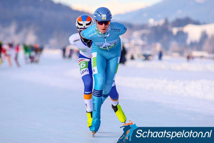 Simon Schouten won woensdagavond de eerste marathon op natuurijs in Haaksbergen.