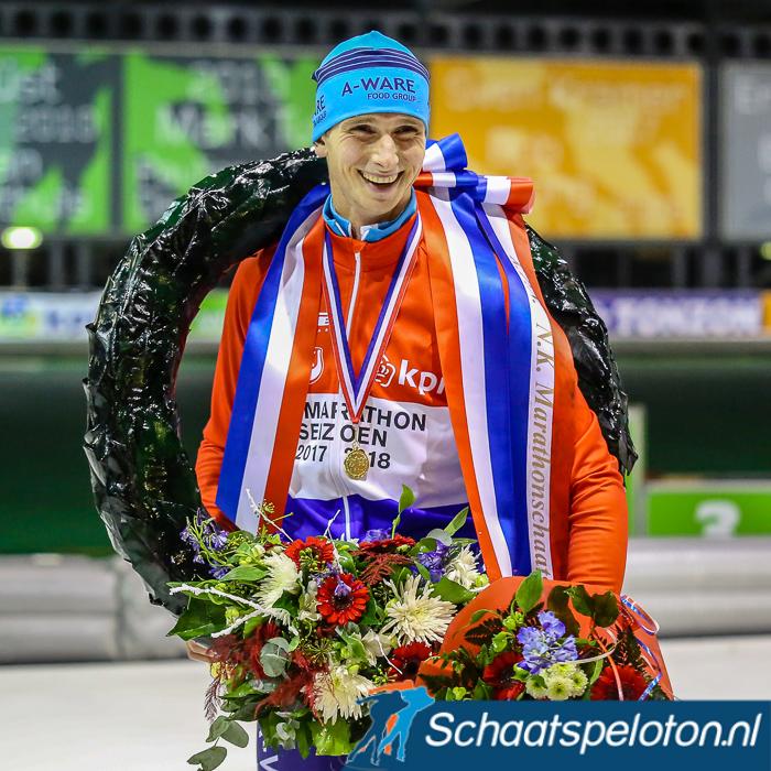 Simon Schouten kan pas volgende week in Alkmaar voor het eerst zijn rood-wit-blauwe kampioenstrui in de wedstrijd tonen. Komend weekend rijdt hij het EK Afstanden.