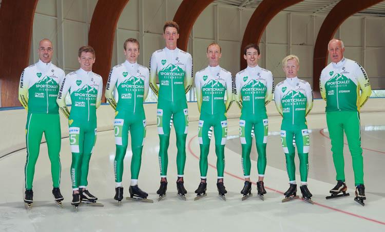 Sportchalet Viehhofen aan het begin van dit seizoen. Op ploegleider Mario Donker (re.) na blijft de ploeg bij elkaar.