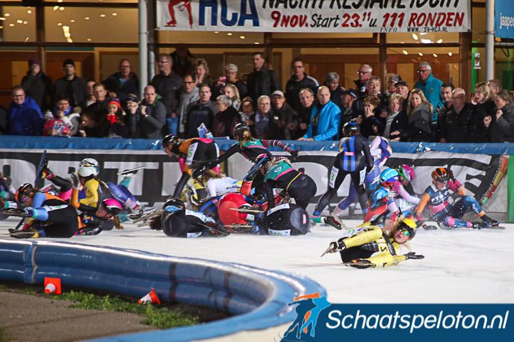 Jade van der Molen (in het midden op het ijs met de blauwe strepen op de rug) was een van de slachtoffers van een massale valpartij tijdens de openingswedstrijd van het marathonseizoen.