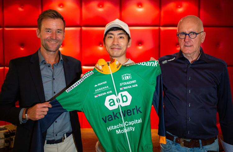 Een trotste Kasper van der Molen (commercieel directeur AB Vakwerk) en Teun Breedijk (teammanager Schaatsteam AB Vakwerk) flankeren Seung Hoon Lee na zijn aankomst op Schiphol.