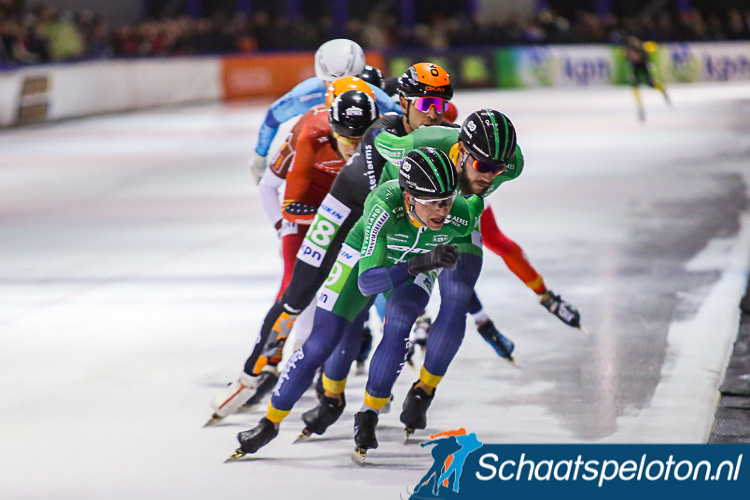 Frank Vreugdenhil liet zich zaterdag in Alkmaar in de slotfase een ronde terugzakken en reed op kop voor zijn ploeggenoot Gary Hekman. De jury greep pas na de wedstrijd in een gaf hen beide nog een rode kaart.