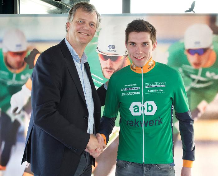Willem Hoolwerf jr. wordt welkom geheten bij het AB Vakwerk Schaatsteam door algemeen directeur Hylke van der Veen van de hoofdsponsor.